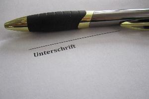 Ein Dienstvertrag ist ein Vertrag, der die Leistung einer Partei sowie die Vergütung der Leistung durch eine andere Partei festhält.