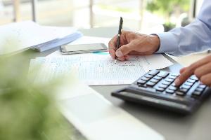 Die Kapitalertragsteuer müssen Privatpersonen erst bezahlen, wenn die Erträge über dem Sparerpauschbetrag liegen.