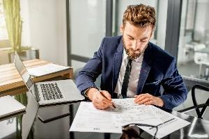 Oft wird ein Steuerberater für die ordungsgemäße Buchführung eingestellt.