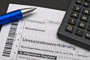 Die Umsatzsteuer wird in Deutschland komplett von den Endverbrauchern getragen.