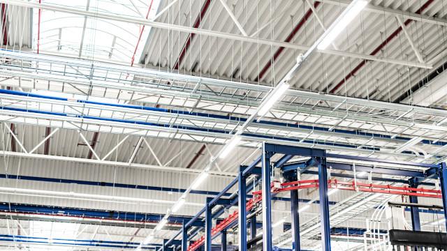 Beleuchtung großer Hallen kann man auch günstig umsetzen