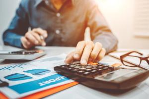 Bei der  Berechnung der Lohnnebenkosten müssen Arbeitgeber- und Arbeitnehmeranteile berücksichtigt werden.
