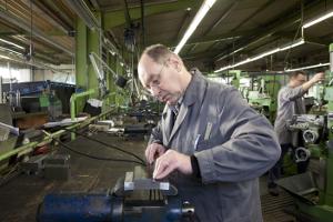 Viele entscheiden sich für eine geringfügige Beschäftigung, um ihre Rente aufzubessern.
