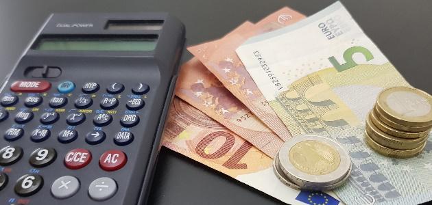 Die Lohnnebenkosten fallen bei der Arbeit zusätzlich zum Lohn an.