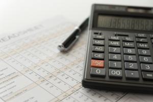 Lohnsteuer: Die Höhe richtet sich nach der Einkommenshöhe, der Steuerklasse, Freibeträgen und zusätzlichen Abgaben.