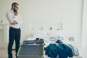 Eine Reisekostenabrechnung berücksichtigt Fahrtkosten, Verpflegung und Unterkunft.
