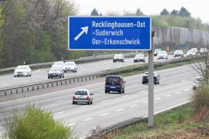 Bei der Reisekostenabrechnung kann eine Pauschale für die Fahrtkosten angesetzt werden. Sie beträgt 0,30 Euro pro Kilometer.