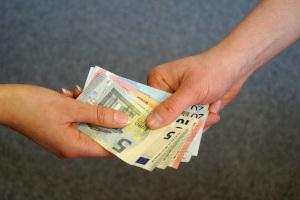 Ein Schuldnerberater kann bei Steuerschulden helfen.