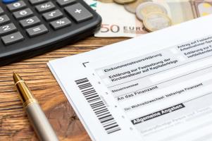 Steuererklärung: Die Abgabe sollte pünktlich erfolgen, sonst kann das Finanzamt tätig werden.