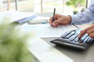 Steuererklärung: Wer eine geringfügige Beschäftigung ausübt, muss sie normalerweise nur machen, wenn er mehr als 48,97 Stunden im Monat arbeitet.