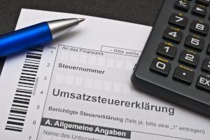 Taxikosten steuerlich absetzen: Als Selbstständiger können Sie die Umsatzsteuer aus der Taxirechnung berücksichtigen.