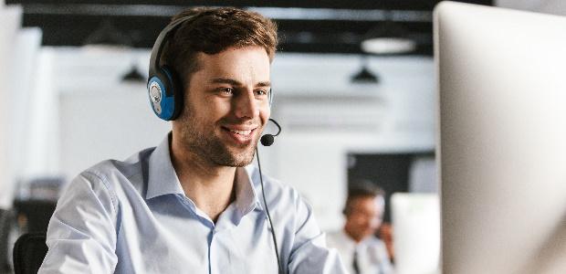 Mittels einer Telefonkonferenz können Mitarbeiter an Besprechungen teilnehmen.